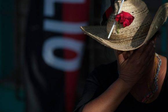 """Al grito de """"¡Yo soy Fidel!"""" miles de personas, algunas de ellas entre llantos y con banderas cubanas en las manos, despidieron los restos de Fidel. Foto: Fernando Medina/Cubahora."""