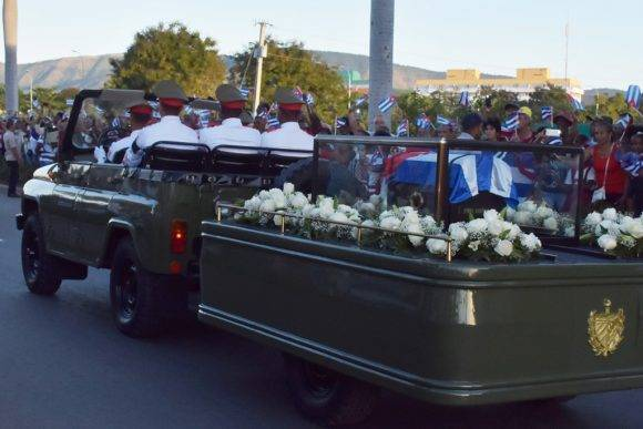 Caravana hasta el Cementerio Santa Ifigenia. Foto: Raúl Abreu