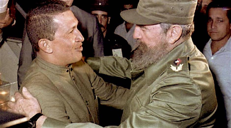 Hugo Chávez y Fidel Castro, la noche de su primer encuentro en La Habana, el 13 de diciembre de 1994. Foto: Estudios Revolución