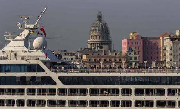 El Adonia, que zarpó de Miami poco antes de las 5 de la tarde del domingo, tardó casi 17 horas en cruzar el Estrecho de Florida. Foto: Ismael Francisco/ Cubadebate