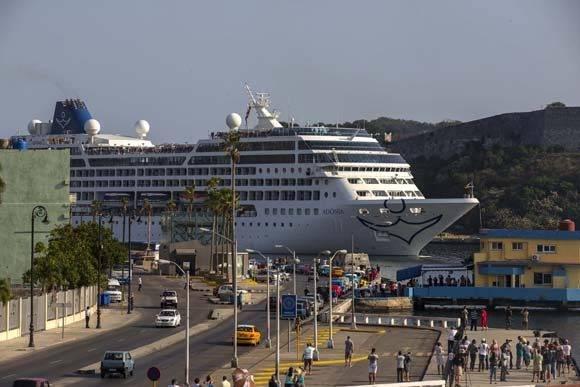 A las 9:00 am, hora de Cuba, asomó su nariz el Adonia en el Puerto de La Habana. Foto: Ismael Francisco/ Cubadebate