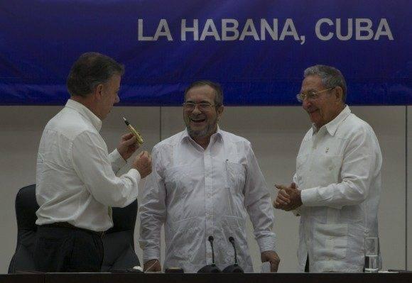 """Juan Manuel Santos le regala a Timochenko el """"balígrafo"""", elaborado con antiguas balas salidas del conflicto. Foto: Ladyrene Pérez/ Cubadebate."""