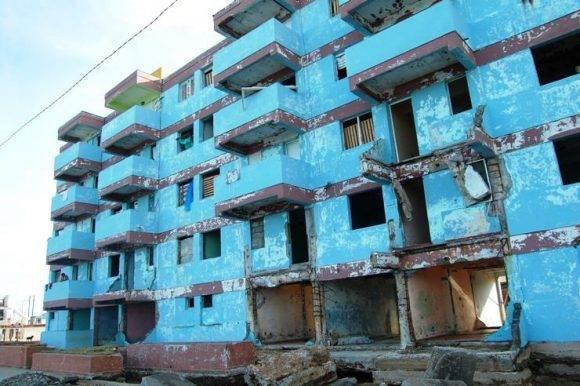 La imagen de este edificio en el Malecón de Baracoa fue símbolo de la destrucción que dejó el juracán Matthew. Foto: Rodney Alcolea Oliveras / Facebook.