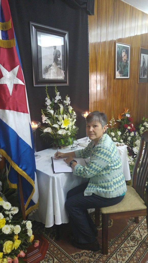 Embajadora Canadá firma libro condolencias y reconoce amistad histórica de Fidel con su país. Foto: @CubaEmbaGuatem