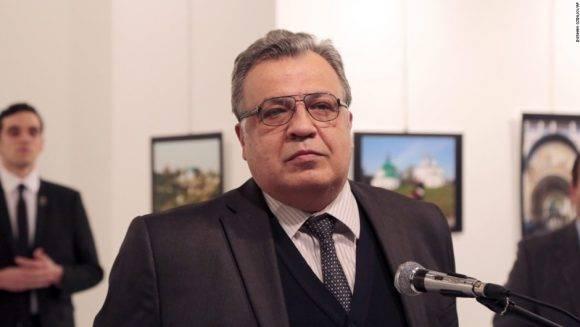 El Embajador ruso. Detrás el asesino. Foto: AP