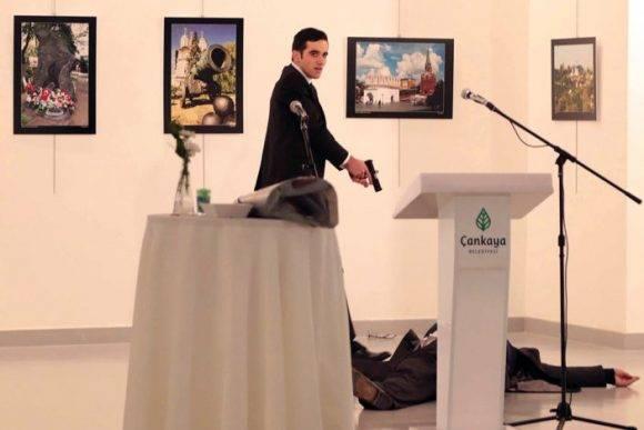 El asesino dispara contra el Embajador ruso. Foto: AP