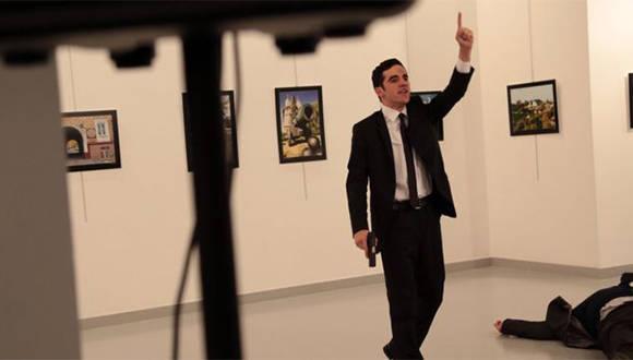 """""""Yo estaba asustado y confundido, pero encontré una cobertura parcial detrás de una pared e hice mi trabajo: tomar fotografías"""", narró el periodista de AP Burhan Ozbilici. Foto: AP."""
