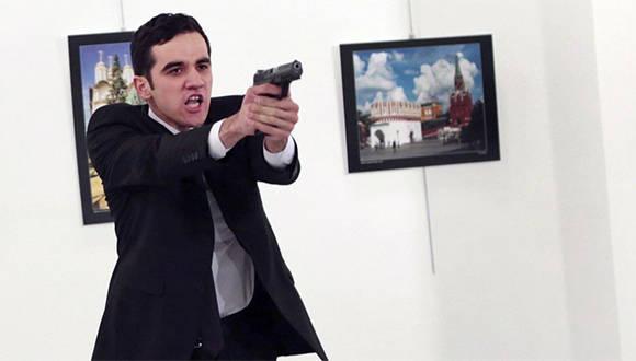 """""""Hice mi trabajo: sacar fotografías"""", dijo el fotógrafo del asesino del embajador ruso. Foto: AP."""