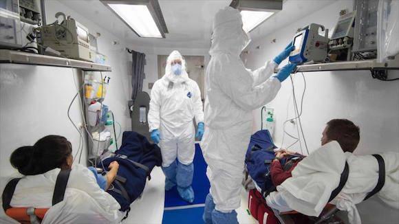 Los miembros de un equipo médico monitorean a pacientes sospechosos de estar infectados con el ébola durante un ejercicio de búsqueda exhaustiva en el Aeropuerto Internacional de Dulles en Virginia (EE.UU.), 18 de noviembre de 2016.