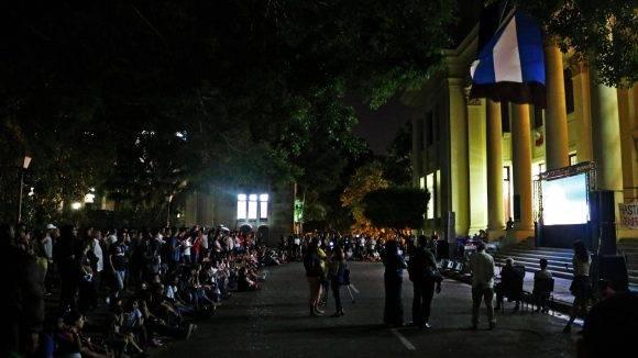 La universidad de La Habana se colmó de jóvenes en la noche de hoy. Foto: Darío Gabriel Sánchez