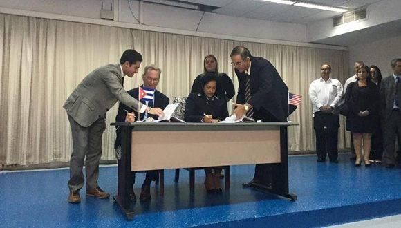El momento de la firma del acuerdo. Foto: Oscar Figueredo Reinaldo/ Cubadebate.
