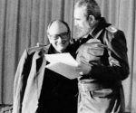 Fidel con Alfredo Guevara, cuando se le entregò el titulo de Doctor Honoris Causa, por Instituo Superior de Arte. Foto: Walfrido Ojeda, 7 diciembre de 1994.