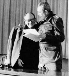 Fidel Castro le entrega el título de Doctor Honoris Causa otorgado por el Instituto Superior de Arte a Alfredo Guevara, creador y presidente fundador del Instituto Cubano del Arte e Industria Cinematográficos (ICAIC). Director fundador del Festival Internacional del Nuevo Cine Latinoamericano de La Habana, el 7 de diciembre de 1994/ Sitio Fidel Soldado de las Ideas.