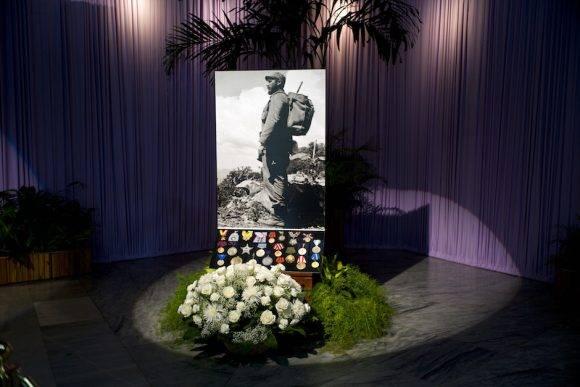 Rosas blancas para Fidel en el Memorial José Martí. Foto: Ramón Espinosa/ AP