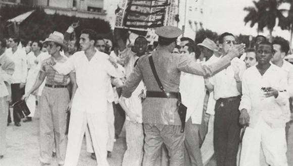 Fidel al frente de una manifestación estudiantil organizada por la FEU, el 10 de octubre de 1947. Fuente: Oficina de Asuntos Históricos / Sitio Fidel Soldado de las Ideas.