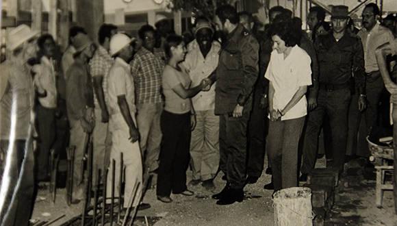 Fidel, como era su costumbre dialogó con médicos, enfermeras y con obreros que edificaban el hospital pediátrico de Camagüey. Foto: Jorge Lorenzo Florat.
