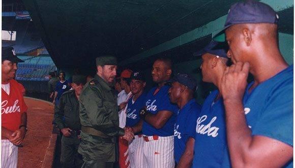 Fidel saluda a Kindelán en uno de sus tantos encuentros: Foto: Sierra Maestra.