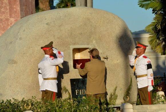 Raúl deposita en la piedra la pequeña urna donde están las cenizas de Fidel. Se escucha un suspiro hondo. Foto: Marcelino Vázquez Hernández/ ACN