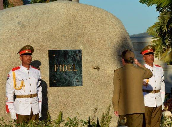 El General de Ejército Raúl Castro rindió honores a Fidel al pie del mausoleo que guarda los restos del Comandante en Jefe, en el Cementerio de Santa Ifigenia. Foto: Marcelino Vázquez Hernández/ ACN.