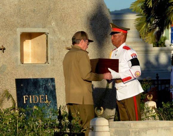 Raúl recibe la urna donde están las cenizas de Fidel