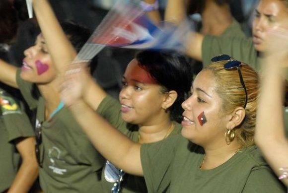 Jóvenes cubanas durante el acto político por la desaparición física del Comandante en Jefe Fidel Castro, máximo líder de la Revolución cubana, efectuado en la Plaza de la Revolución Antonio Maceo, en Santiago de Cuba, el 3 de diciembre de 2016. Foto: Miguel Rivero Justiz / ACN