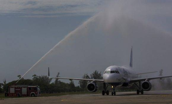 Arco de agua que dio la bienvenida a la ruta de JetBlue. Foto: Ismael Francisco/ Cubadebate