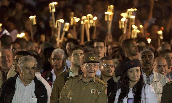 Pepe Mujica, Raúl Castro, Jennifer Bello en la Marcha de las Antorchas. Foto: Ismael Francisco/ Cubadebate.
