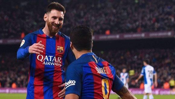 Suárez celebra con Messi un gol al Espanyol. Foto: AFP