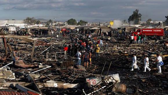 """Un impresionante estallido arrasó con el mercado de fuegos artificiales más conocido de México. Califican el hecho como """"una catástrofe"""". Foto: AP."""