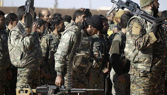 Miembros de milicias kurdo-árabes se preparan este sábado para combatir al ISIS a las afueras de Raqa, Siria. Foto: AFP.