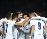 Karim Benzema celebra el gol con sus compañeros. Foto: AFP.
