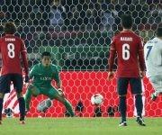 El delantero del Real Madrid Cristiano Ronaldo (derecha) marca el segundo gol del Real Madrid. Foto: Reuters