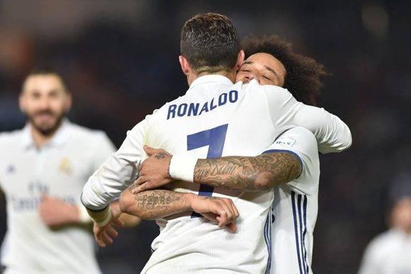Marcelo felicita a Cristiano Ronaldo por el cuarto gol del equipo blanco. Foto: AFP.