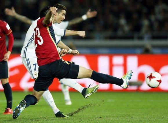 Cristiano Ronaldo (detrás) marca el cuarto gol del Real Madrid. Foto: EFE.