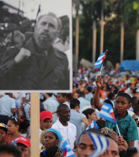 Pueblo santiaguero acude a la Plaza de la Revolución Antonio Maceo en la provincia Santiago de Cuba, lugar donde se le rendirá tributo al líder de la Revolución Cubana Fidel Castro Ruz, el 3 de diciembre de 2016. Foto: Omara García /ACN