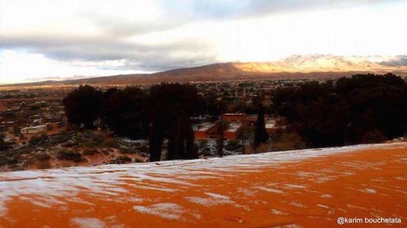 Solo dos veces se ha registrado una nevada en el desierto de Sahara. En la imagen se observa la ciudad de Argelia, Ain Sefra. Foto: Karim Bouchetata/ Twitter.