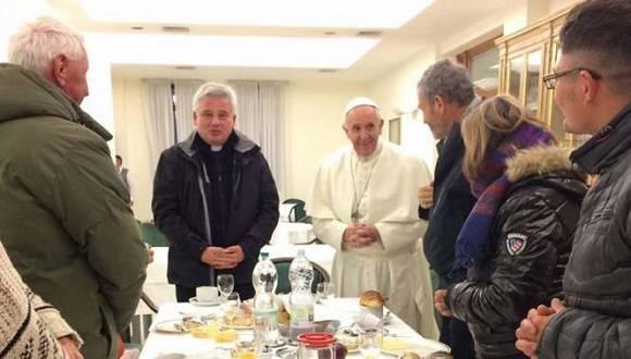 Papa Francisco en desayuno con personas sin hogar en la Casa Santa Marta. Foto: L'Osservatore Romano.