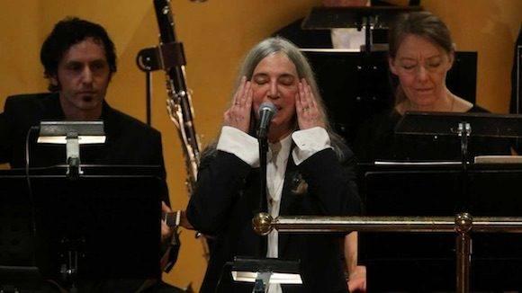 La presencia de Patti Smith (uno de los pocos contrapuntos femeninos en el muy heteropatriarcal panorama de la velada) en representación de Dylan. Foto: EFE