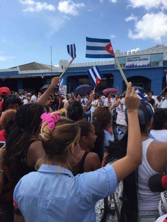 Pueblo de la ciudad de Santiago de Cuba al paso de la caravana #TributoAFidel