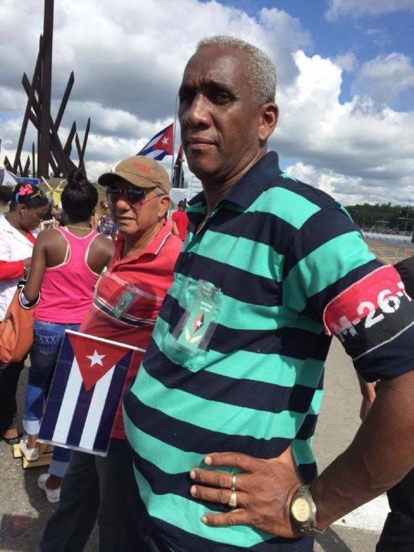 Santiagueros esperan la caravana en la Plaza de la Revolución Antonio Maceo