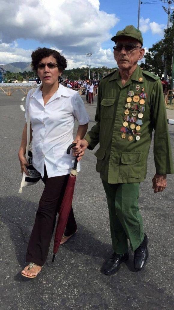 Pueblo de la ciudad de Santiago de Cuba al paso de la caravana #TributoAFidel hacia la Santiagueros en la Plaza de la Revolución Antonio Maceo. Foto: @Cubadebate