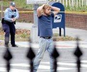 Cuando se dio cuenta de que estaba rodeado, el atacante se rindió y entregó sus armas. Foto: AP.