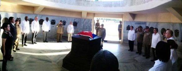 Antes de llegar las cenizas de Fidel al cementerio de Santa Ifigenia, los miembros del Buró Político, encabezado por Raúl, rindieron honor a José Martí en su Mausoleo de Santa Ifigenia, justo al lado del de Fidel. Foto: Estudios Revolución