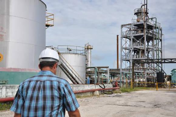 La refinería Sergio Soto, de Cabaiguán, única planta del país que trabaja exclusivamente con petróleo nacional. Foto: Escambray.