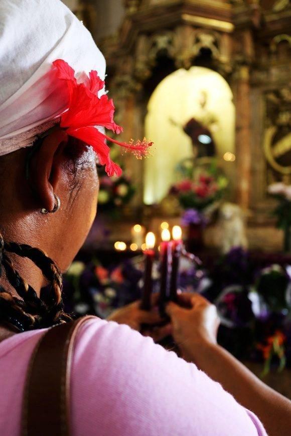 En el interior de la ermita, la deidad representada en los altares es la de católico San Lázaro Obispo, una de las tres fuentes de la que se nutrió la imagen idolatrada hoy por los fieles en la Isla. Foto: Darío Gabriel Sánchez García/CUBADEBATE.