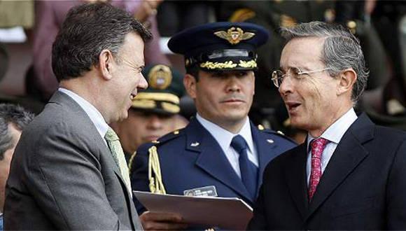Presidente Juan Manuel Santos junto al exmandatario Álvaro Uribe. Foto: El Tiempo.