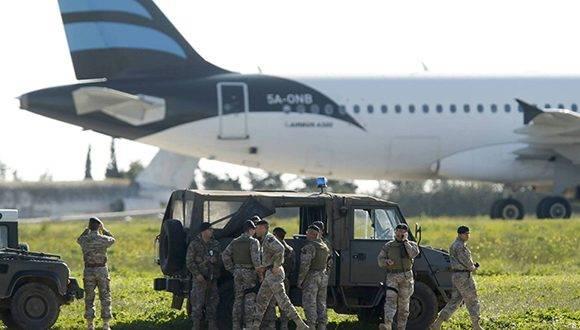 Las autoridades de Malta se despliegan tras el secuestro del avión libio. Foto: Darrin Zammit Lupi/ Reuters.