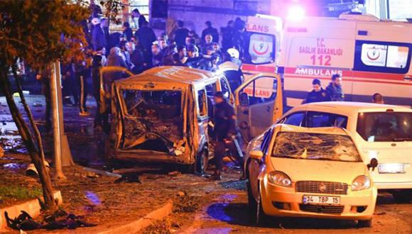 Varios vehículos quedaron destruidos luego de las explosiones que también pudieron ser escuchadas durante una transmisión de televisión. Foto: Reuters.