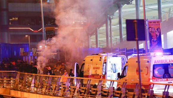 Los servicios de emergencia se movilizaron en respuesta a las explosiones a las afueras del estadio del Besiktas, en Estambul. Foto: Reuters.