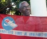 Sergio Ballester sostiene la bandera que fue izada al convertirse Cuba en territorio libre de analfabetismo. Foto: José Raúl Concepción Llanes/ Cubadebate.